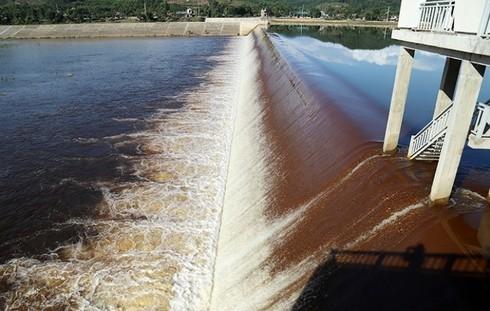 Nước đập dâng Ngàn Trươi lại chuyển màu bất thường, chỉ cần cho hóa chất là bình thường?