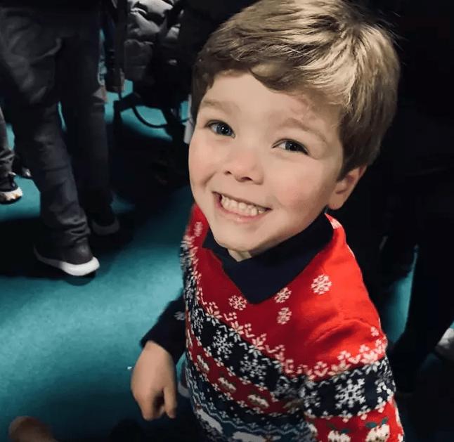 Bé 4 tuổi dịch chương trình TV cho cha mẹ khiếm thính