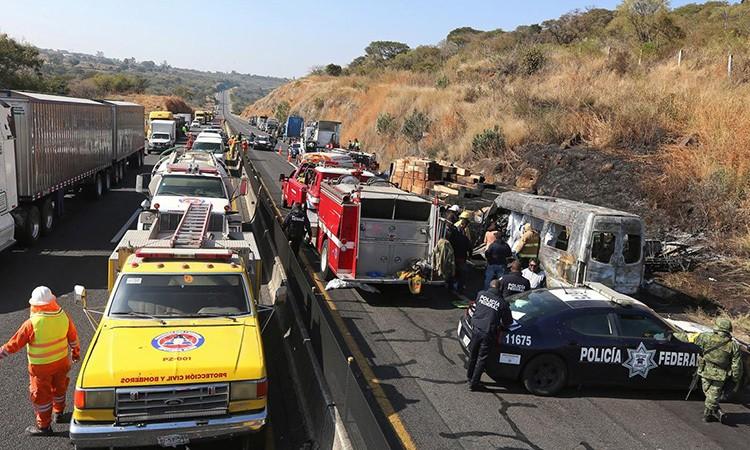 Đâm xe trên cao tốc Mexico, 14 người chết