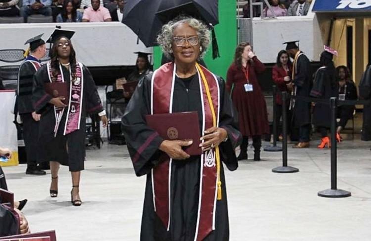 Bà cụ 80 tuổi tốt nghiệp đại học