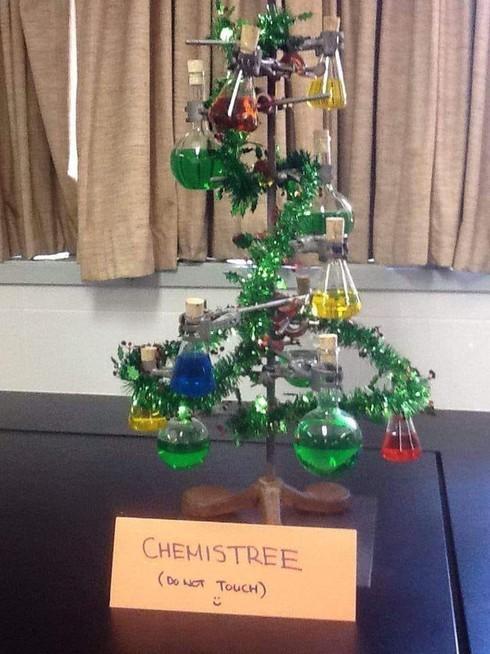 Độc đáo hình ảnh cây thông Noel được học sinh trang trí bằng ống nghiệm hóa chất