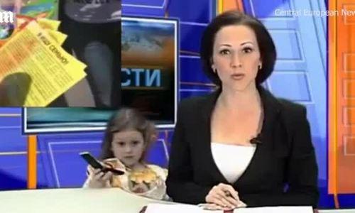 Bé gái xen ngang bản tin trực tiếp của mẹ