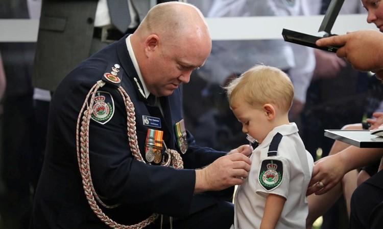 Nhận huân chương thay cha đã khuất