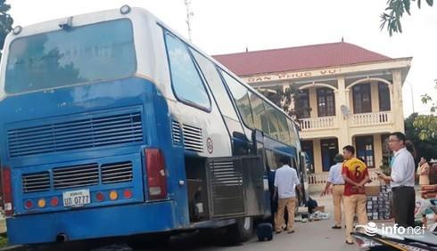 Xe khách biển Lào chở gần 1 tấn pháo hoa nhập lậu và hàng cấm