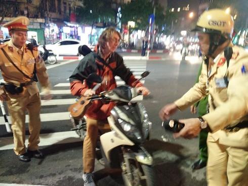 Một công dân nước ngoài bị thổi nồng độ cồn, xử phạt hành chính