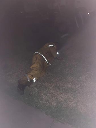 Lính cứu hỏa kiệt sức trên bãi cỏ