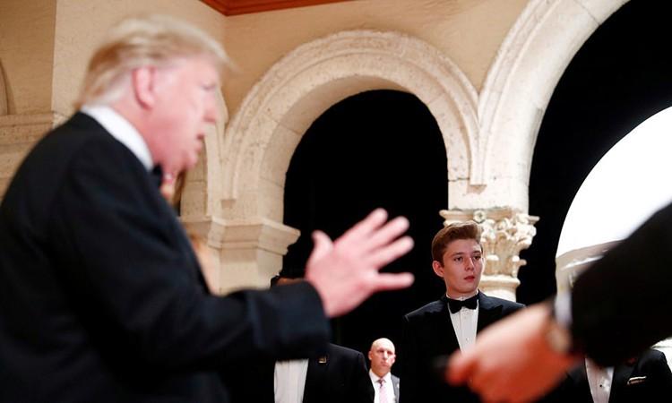Cậu út nhà Trump mặc vest dự tiệc năm mới