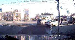 Hai ôtô đâm nhau suýt hất văng người đi bộ