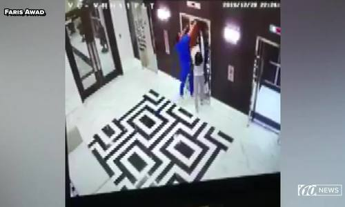 Cứu con chó bị thang máy siết cổ