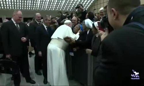 Giáo hoàng đề nghị nữ tu không cắn