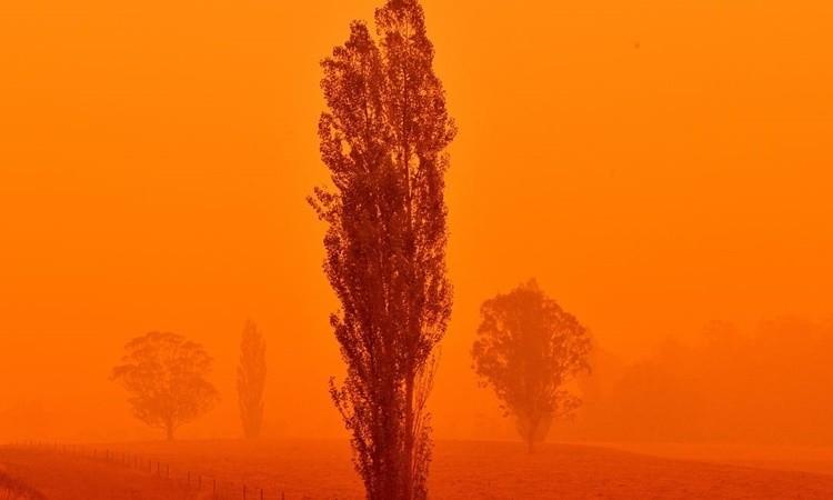 Bầu trời Australia đỏ như máu
