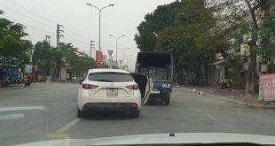 Cửa ôtô va vào xe tải vì nữ tài xế quên đóng