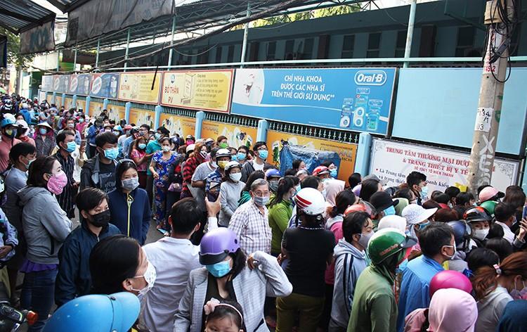 Hàng trăm người xếp hàng từ 2h sáng mua khẩu trang