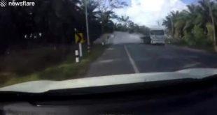 Honda CR-V 'tắm' xi măng vì xe tải chuyển làn gấp