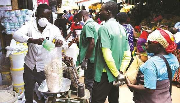 Người châu Phi đổ xô tích trữ đồ phòng Covid-19