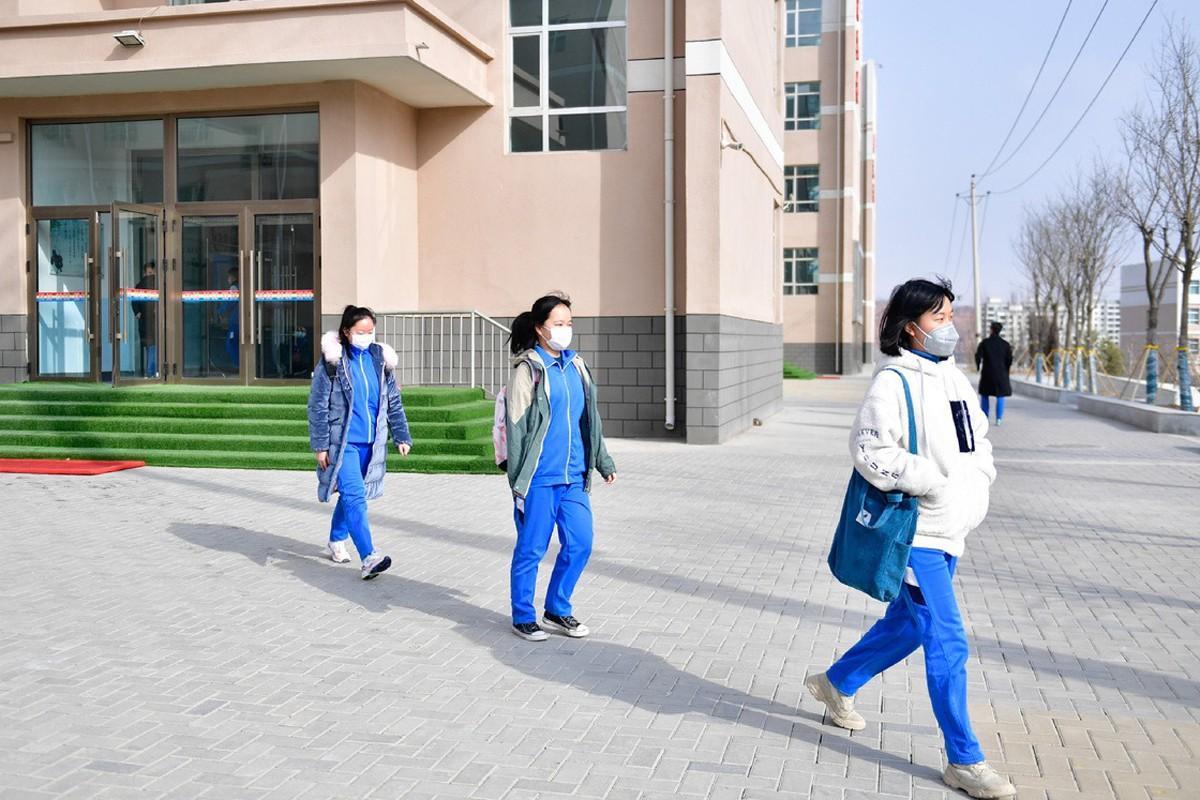 Học sinh Trung Quốc đi học trở lại