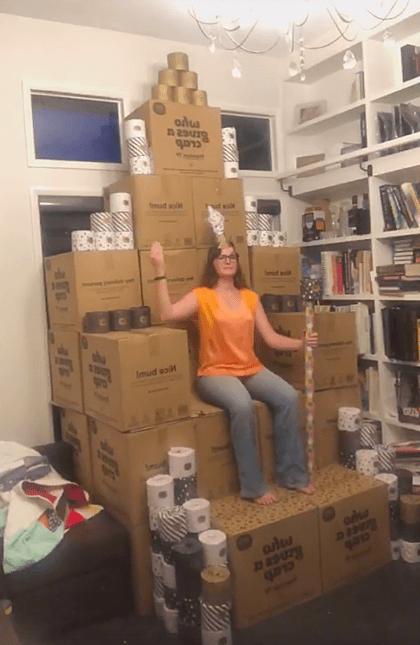 Mua hơn 2.000 cuộn giấy vệ sinh
