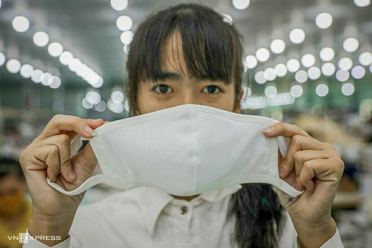 Doanh nghiệp nói cung ứng đủ, khẩu trang vải vẫn khó mua