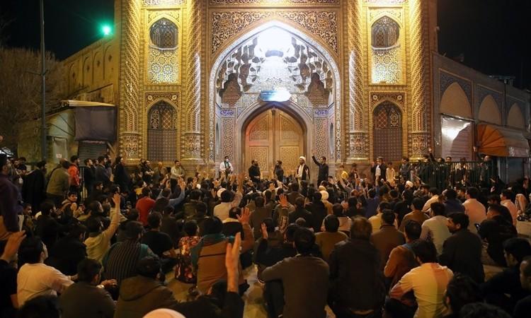Người Iran tập trung hò hét đòi mở cửa đền