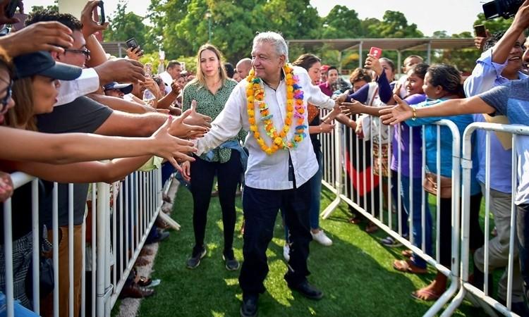 Tổng thống Mexico hứng chỉ trích vì ôm hôn